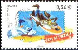 Vil Coyotte sur une planche à surf et Bip-Bip