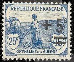 Orphelin de la guerre - Femme labourant